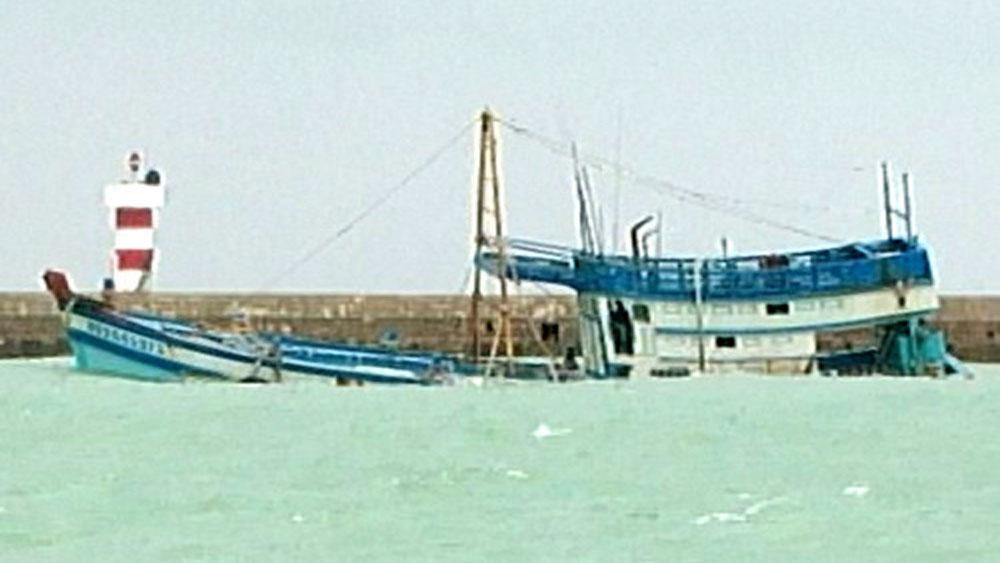 Sóng đánh chìm tàu chở gần 50.000 lít dầu ở đảo Phú Quý