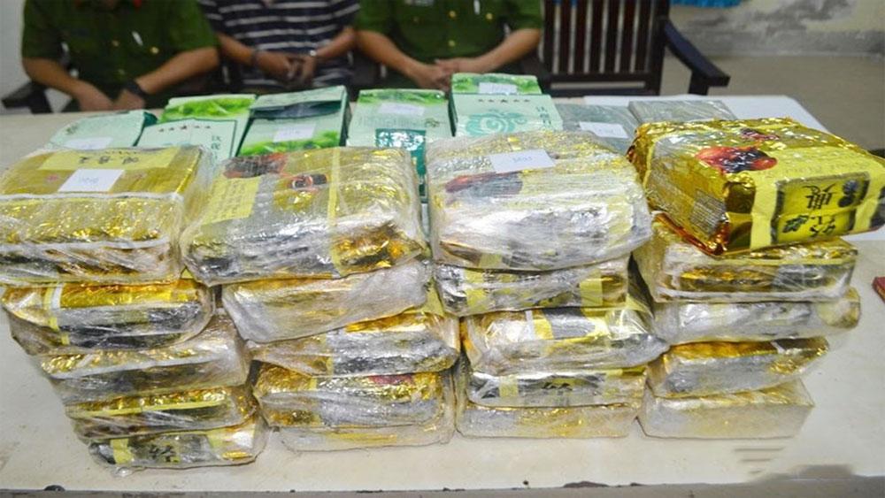 Nghệ An: Bị bắt khi mang 40kg ma túy, đối tượng tưới xăng đốt xe phi tang