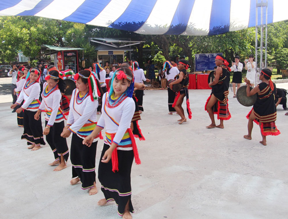 Programme, Cor ethnic group's culture, traditional culture, Cor people,  Da Nang International Fireworks Festival, traditional cultural values, folk performances, traditional dance