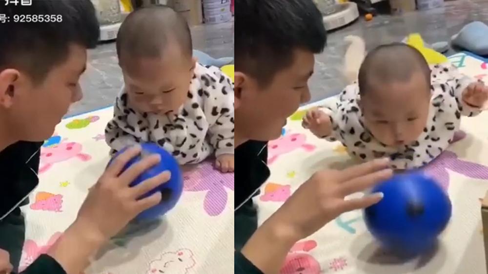 Cậu bé quẫy người liên tục khi thấy bố tâng bóng
