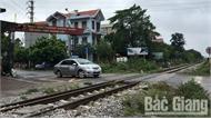 Tàu hỏa va chạm với ô tô ở Bắc Giang, thêm một nạn nhân tử vong