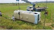 Xe chở công nhân lật nhào xuống ruộng, 21 người bị thương