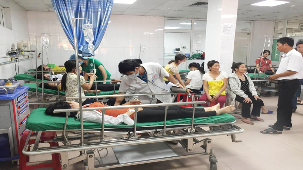 Xe chở công nhân, lật nhào xuống ruộng, 21 người bị thương, tài xế Nguyễn Khắc Nam
