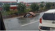 Nữ công nhân Khu công nghiệp Vân Trung tai nạn tử vong, chồng cầm ô che thi thể vợ khóc ngất