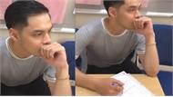 Chàng trai toát mồ hôi khi ký giấy chứng nhận kết hôn