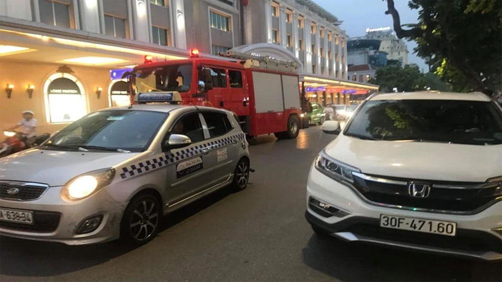 Ngủ quên trong xe ôtô, công an, điều xe cứu hỏa, cứu thương, giải cứu, xe ôtô CRV màu trắng BKS 30F-471.60