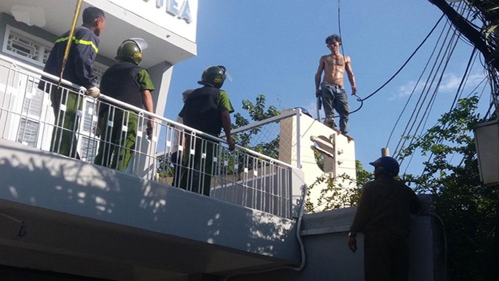 Gần 100 cảnh sát, xịt vòi rồng, khống chế thanh niên cầm dao trên nóc nhà, Nguyễn Hữu Mạnh