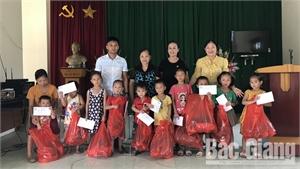 Hội Bảo vệ quyền trẻ em tỉnh tặng quà trẻ em khó khăn ở Sơn Động