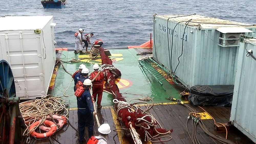 Sử dụng 5 tời chuyên dụng, kéo tàu cá, lên khỏi đáy biển,  tàu Tân Cảng 69