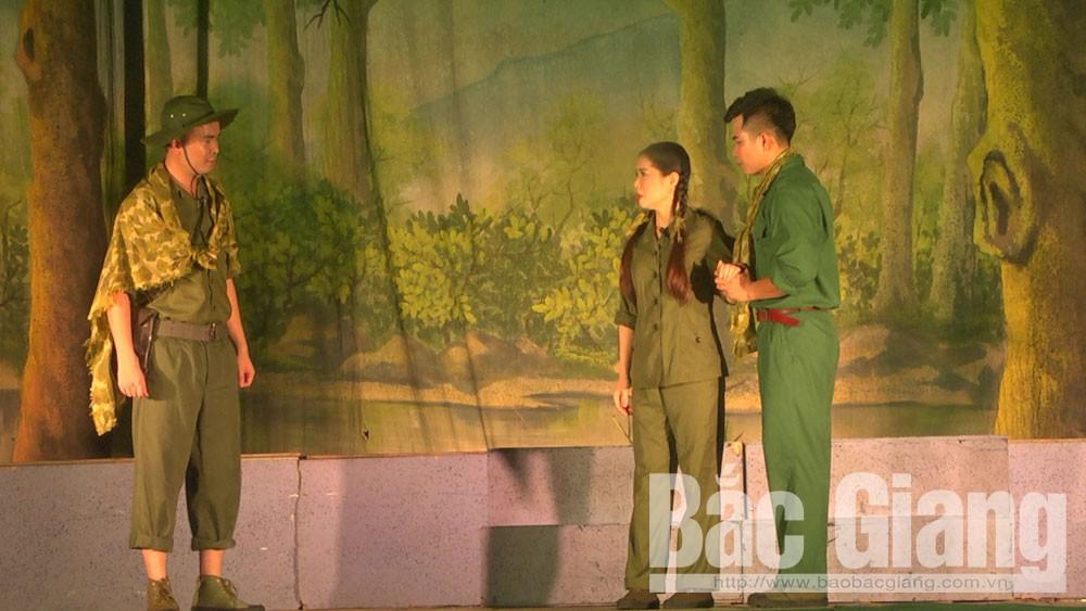 """Nhà hát Chèo Quân đội công diễn vở kịch """"Điều đọng lại sau chiến tranh"""" tại huyện Yên Dũng"""
