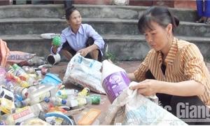 Giúp hội viên nghèo từ nguồn rác thải tái chế
