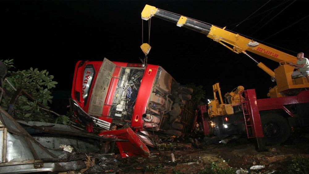Xe khách lật trong đêm, 1 người chết, hơn chục người bị thương, ô tô khách giường nằm BKS 43B-030.78, tài xế Trương Hoàng Giang