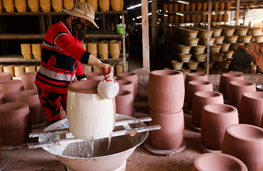 Southern Vietnam, pottery village, Binh Duong Province, traditional clay jars and pots, traditional craft villages, traditional method of production