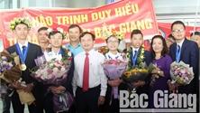 """Thầy cô, người thân và bạn bè chào đón """"Á quân"""" Olympic Vật lý quốc tế Trịnh Duy Hiếu"""