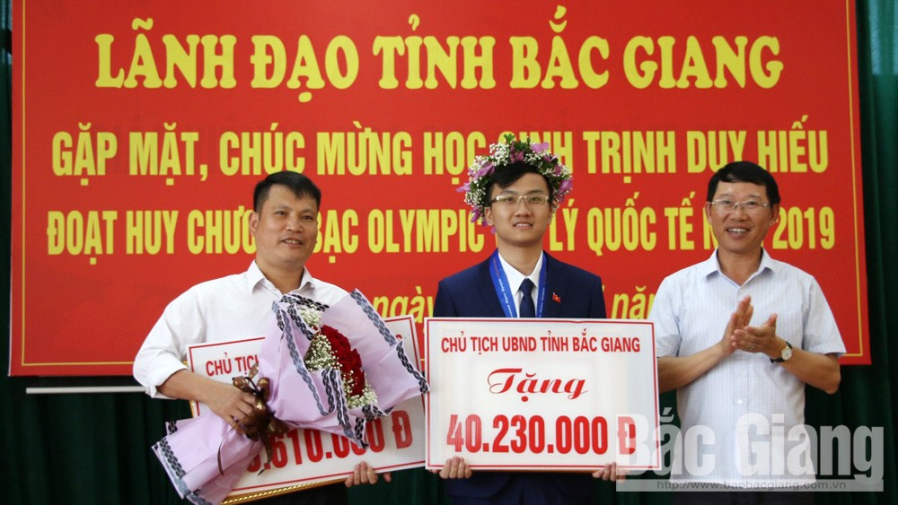 Lãnh đạo tỉnh gặp mặt, chúc mừng em Trịnh Duy Hiếu - Huy chương Bạc Olympic Vật lý quốc tế