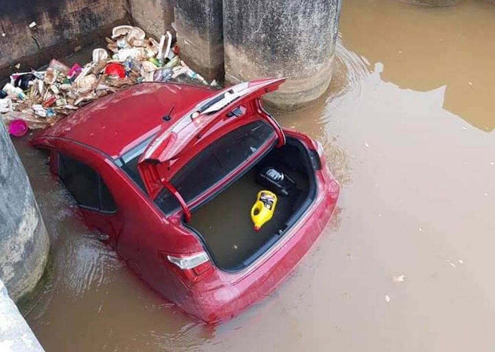 Xế hộp, bẻ lái lao xuống mương, kẹt cứng, cống nước ở Bắc Giang, tránh cụ bà,  tài xế Nguyễn Văn Hướng