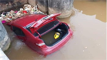 Tránh cụ bà, ô tô lao xuống mương nước ở Bắc Giang