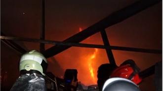 Xưởng sản xuất nhựa bốc cháy dữ dội ở Hà Nội