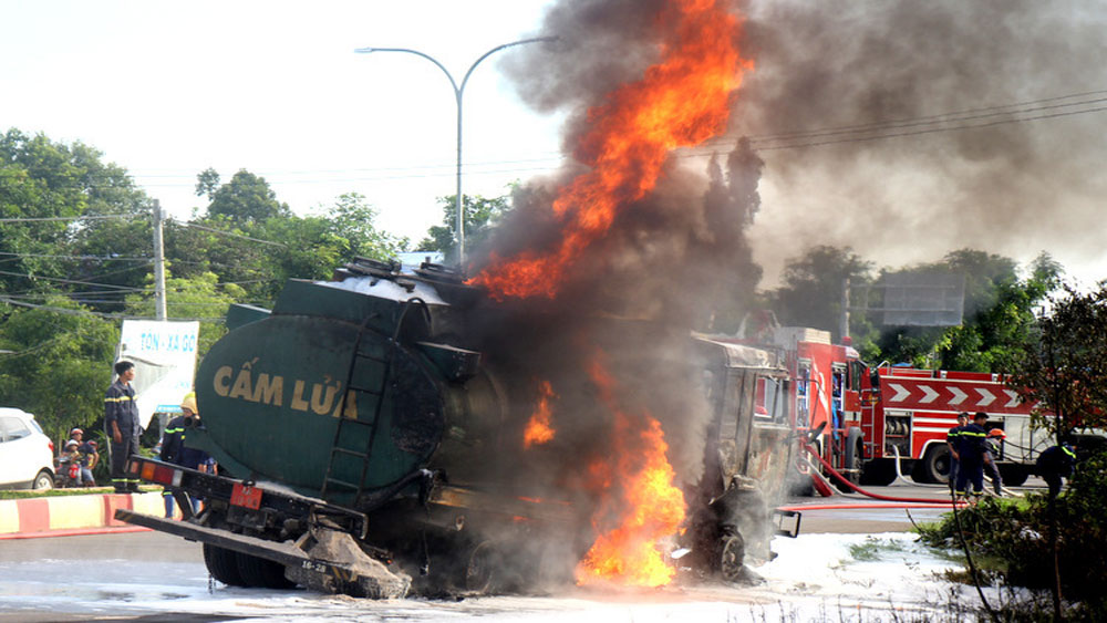 Hai ôtô cùng bốc cháy, cú tông, hai người chết