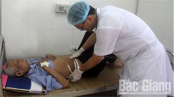 Bệnh viện Ung bướu Bắc Giang cắt bỏ khối u nặng 4,3 kg cho cụ ông 81 tuổi
