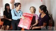 Phó Bí thư Thường trực Tỉnh ủy Lê Thị Thu Hồng tặng quà người có công tại Hiệp Hòa