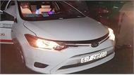 Khách cầm dao cứa cổ tài xế taxi để cướp giữa đường