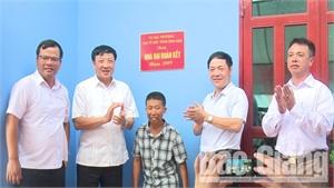Trao nhà đại đoàn kết cho gia đình khó khăn ở xã Đồng Việt