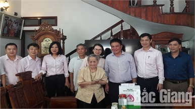 Ngân hàng CSXH tỉnh tặng quà Mẹ Việt Nam Anh hùng