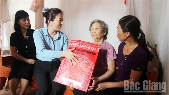 Provincial leader Le Thi Thu Hong visits, presents gifts to national contributors
