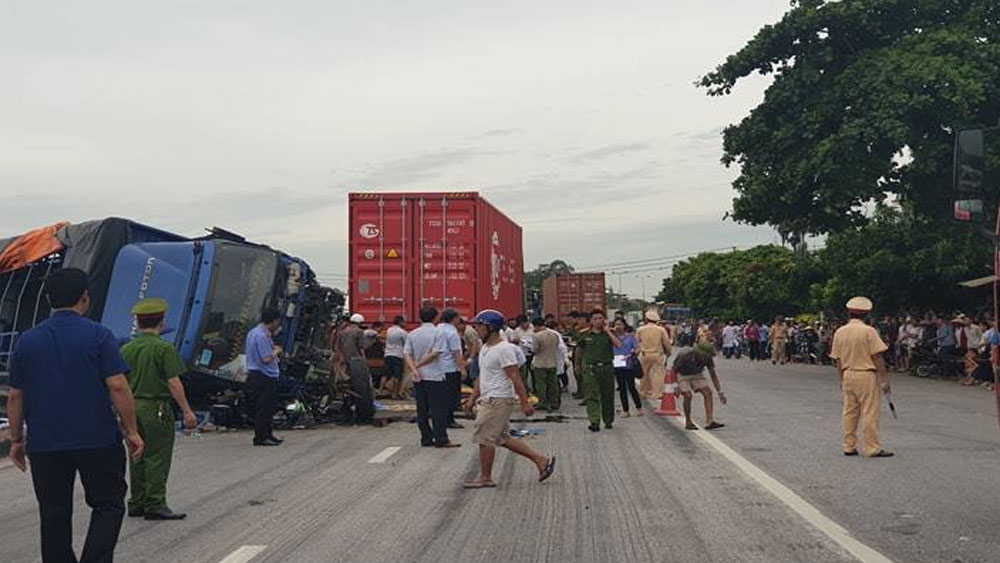 Xe tải, đè chết 5 người, không có cầu vượt, đành băng qua quốc lộ 5