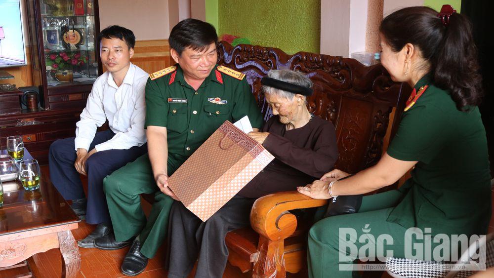 Bộ CHQS tỉnh cấp thuốc miễn phí, tặng quà đối tượng chính sách tại xã Khám Lạng