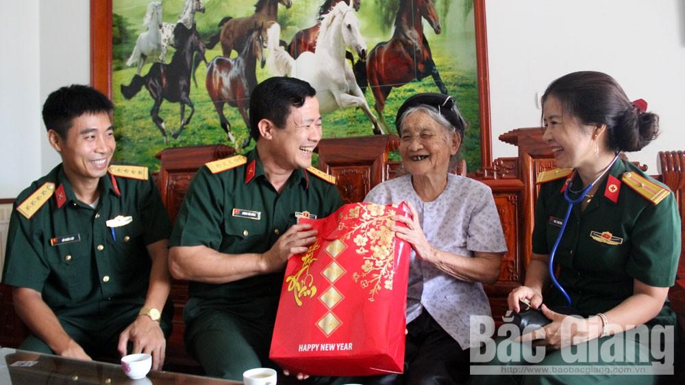Các đơn vị quân đội thăm, tặng quà nhân dịp 27-7