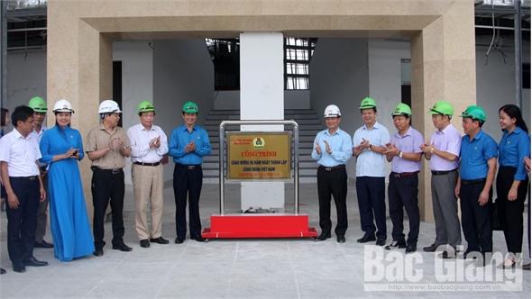 LĐLĐ tỉnh Bắc Giang gắn biển công trình chào mừng 90 năm thành lập Công đoàn Việt Nam