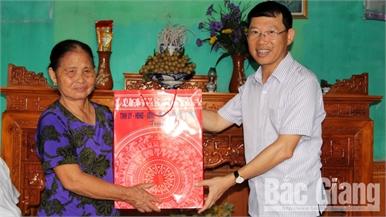 Phó Chủ tịch UBND tỉnh Lê Ánh Dương tặng quà gia đình chính sách tại huyện Tân Yên