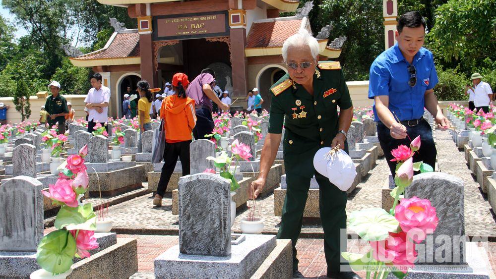 Việt yên, người có công, viếng nghĩa trang Trường Sơn, Đường 9