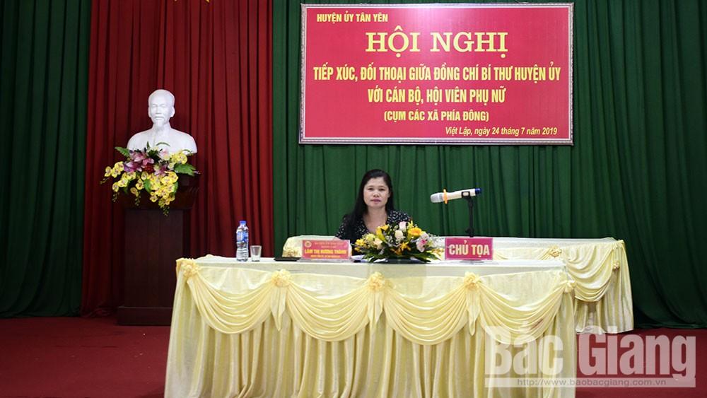Đồng chí Lâm Thị Hương Thành, Bí thư Huyện ủy Tân Yên đối thoại với cán bộ, hội viên phụ nữ