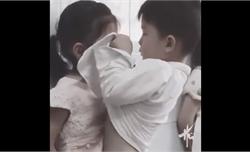 Bé trai ga lăng lấy áo lau nước mắt cho bạn gái