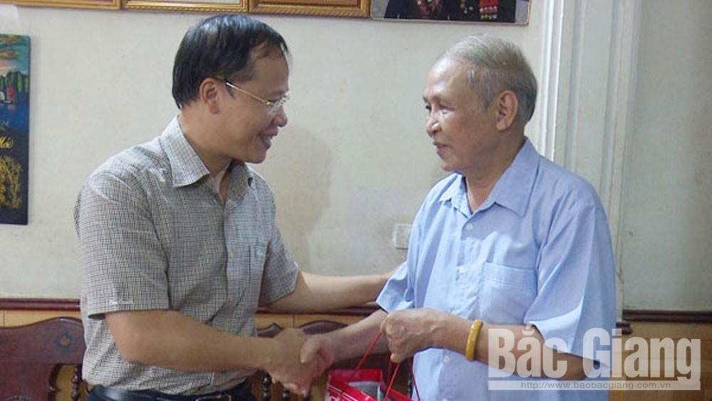 Lãnh đạo TP thăm, tặng quà gia đình chính sách phường Ngô Quyền
