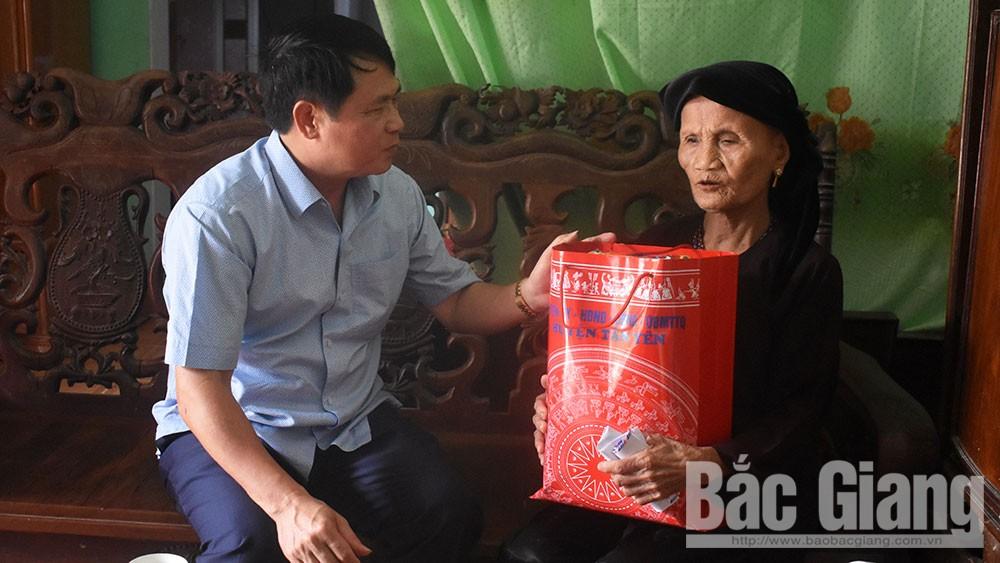 Huyện Tân Yên chuyển tặng hơn 9.100 suất quà cho người có công