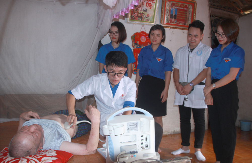 white blouse, month of gratitude, Bac Giang province, voluntary activities,  medical ethics, policy beneficiary families, health check-ups, medical check-up