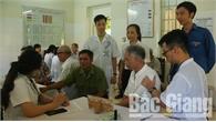 Khám bệnh, tư vấn sức khỏe cho gần 200 người có công phường Dĩnh Kế