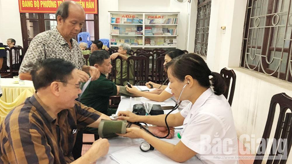 Khám, tư vấn và cấp thuốc,  miễn phí,  cho thương bệnh binh