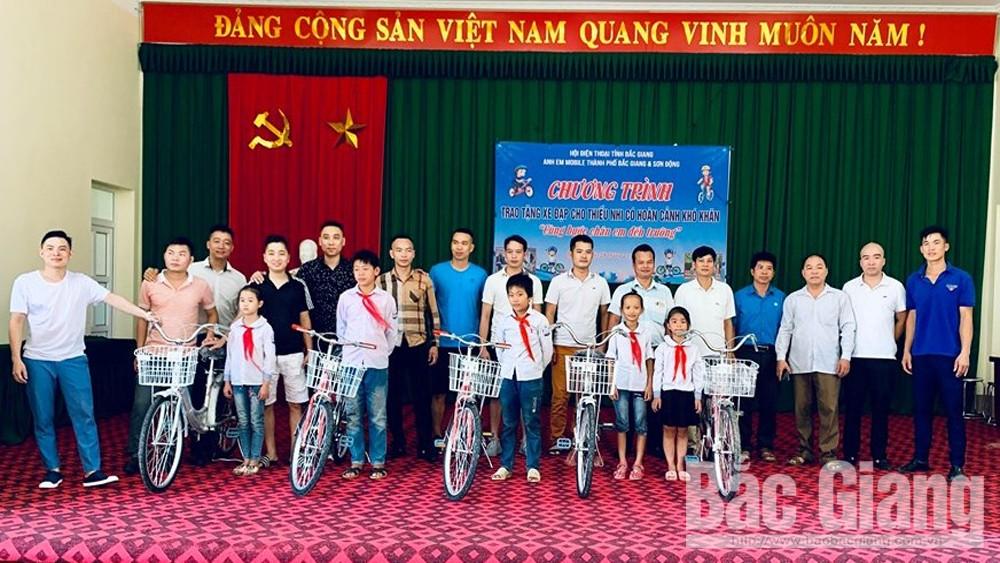 Trao tặng xe đạp cho trẻ em hoàn cảnh khó khăn