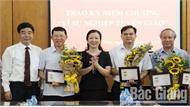 """Bắc Giang: 17 đồng chí được tặng Kỷ niệm chương """"Vì sự nghiệp tuyên giáo"""""""