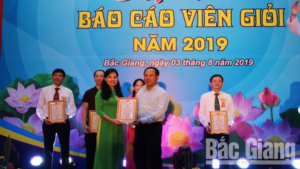 Đại diện Ban Tổ chức trao giải Nhất cho thí sinh Nguyễn Thị Thùy Linh, Đảng bộ Công ty Điện lực Bắc Giang.