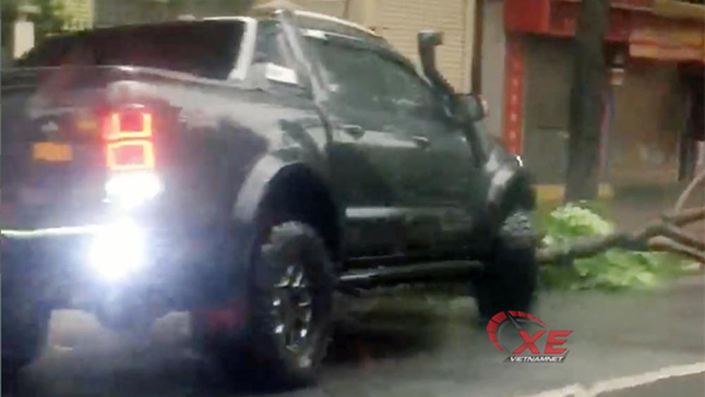 Thán phục Ford Ranger tiền tỷ ủi cây đổ sau bão giúp dân