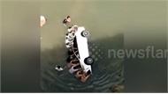 Clip: Người dân ào xuống sông, giải cứu bé trai 1 tuổi trong ô tô đang chìm