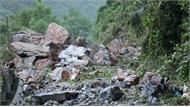 Nhiều tảng đá kích thước như xe tải sạt trượt xuống quốc lộ 3