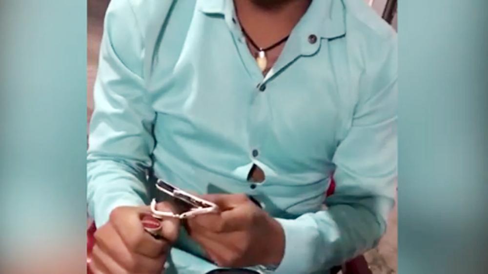 Nam thanh niên trả giá đắt vì dùng iPhone mở nắp chai