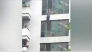Clip: Người đàn ông nhảy từ ban công xuống tự tử ở Hà Nội
